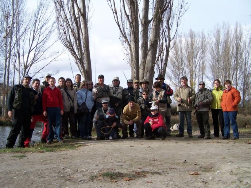 el-grupo-junto-al-lago-de-pesca_jpg